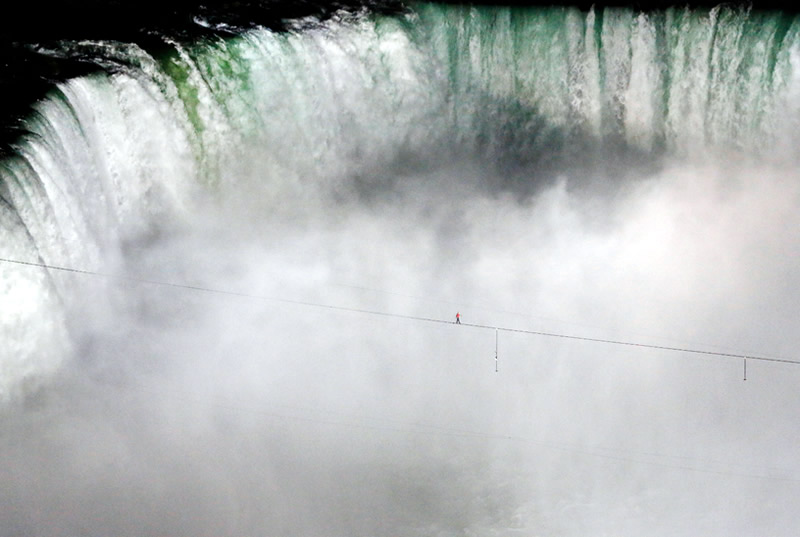 niagara falls daredevils nik wallenda over the falls